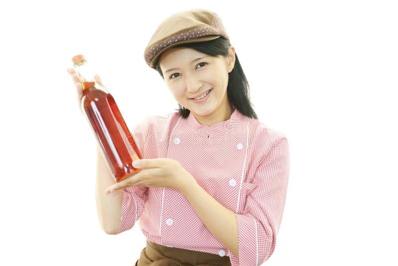 Camarera sonriente que lleva un vino imagenes de archivo