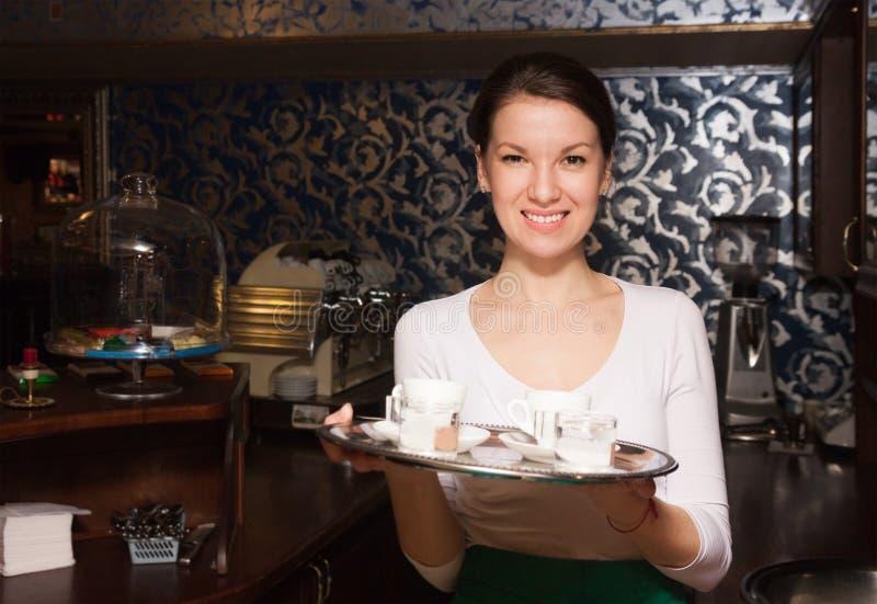 Camarera y café jovenes foto de archivo libre de regalías