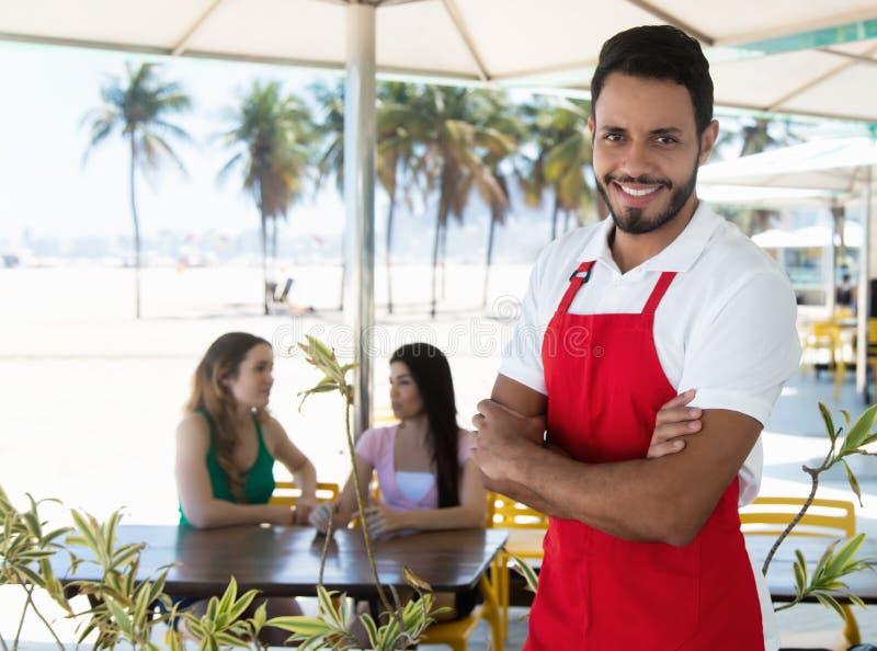 Camarero atractivo de una barra del cóctel en la playa fotografía de archivo libre de regalías