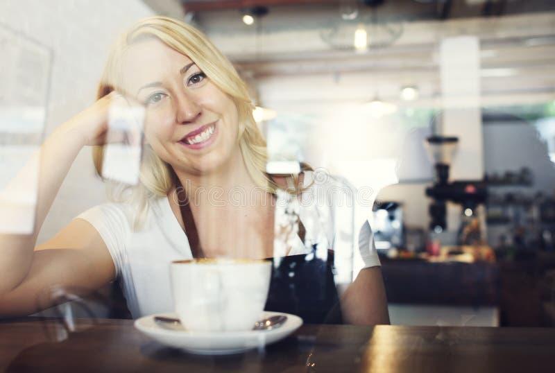 Camarero Coffee Shop Concept de la mujer imagen de archivo
