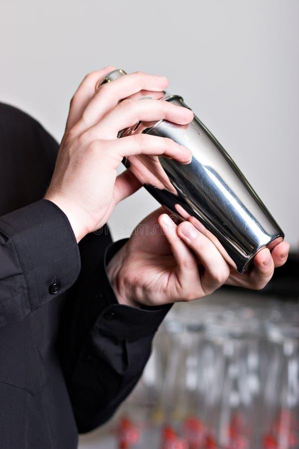 Camarero con la coctelera de acero foto de archivo libre de regalías