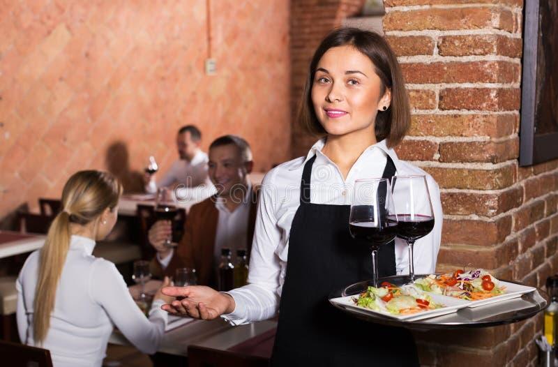 Camarero de sexo femenino en restaurante del país imágenes de archivo libres de regalías