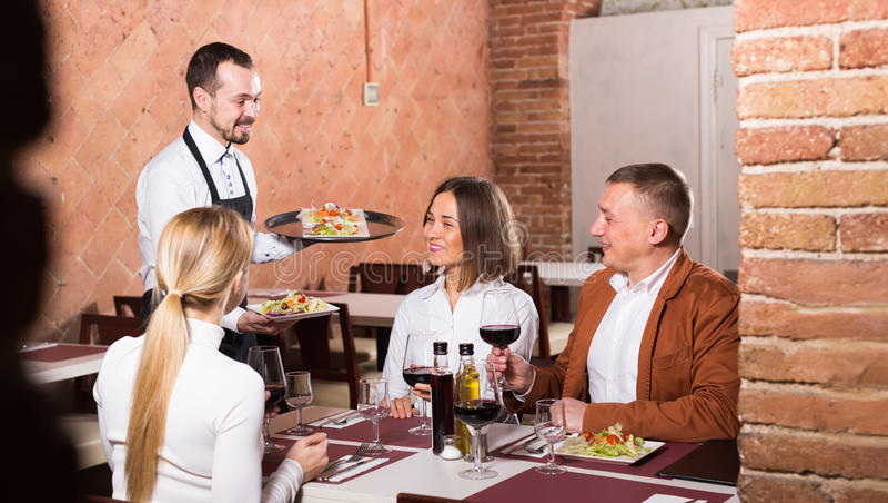 Camarero de sexo femenino en restaurante del país imagen de archivo