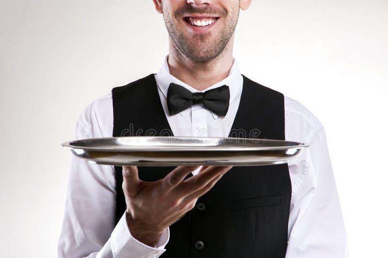 Camarero Holding Tray Mayordomo sonriente fotos de archivo