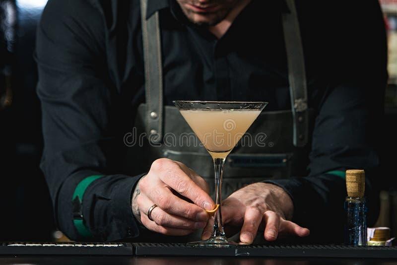 Camarero que hace el cóctel relajante imagen de archivo libre de regalías