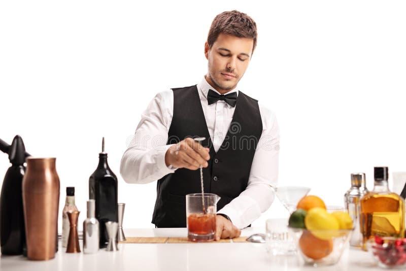 Camarero que hace un cóctel imagen de archivo libre de regalías