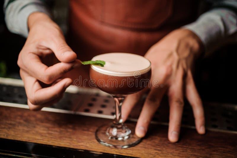 Camarero que hace un cóctel relajante imagen de archivo libre de regalías