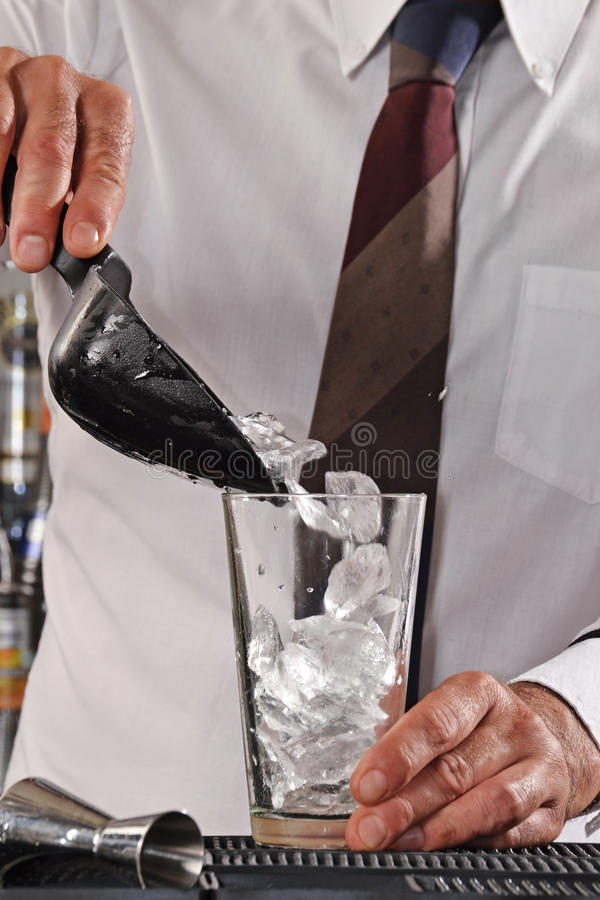 Camarero que prepara el cóctel foto de archivo libre de regalías