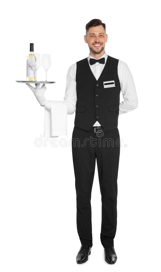 Camarero que sostiene la bandeja con el vidrio y la botella de vino en el fondo blanco fotos de archivo