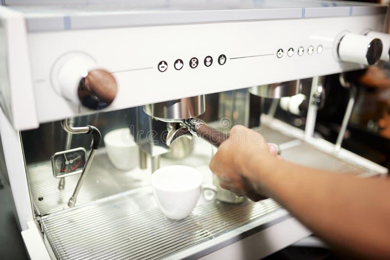 Camareros que hacen el caf? fotografía de archivo