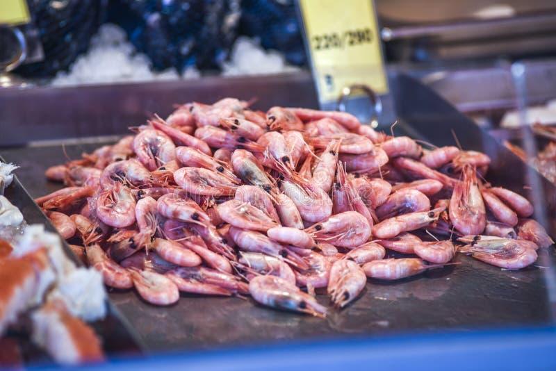 Camarones en un mercado de pescados en Bergen en Noruega Opinión sobre un detalle imagen de archivo libre de regalías