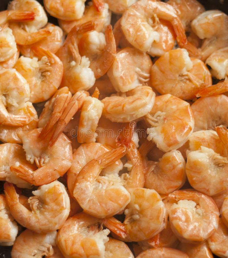 Camarones fritos con ajo imagenes de archivo