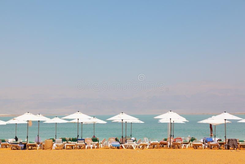 Camas, cadeiras, guarda-chuvas e toldos de Sun foto de stock