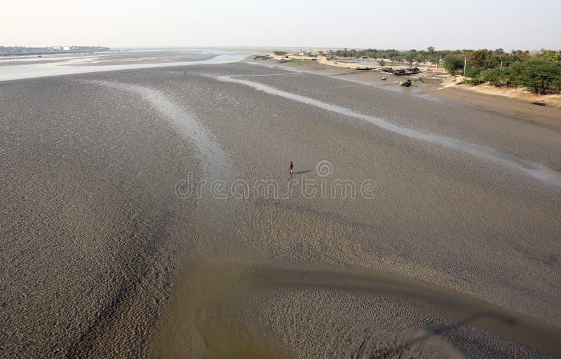 Camas da lama no rio Malta durante a maré baixa a água na cidade de colocação em latas, Índia imagens de stock royalty free