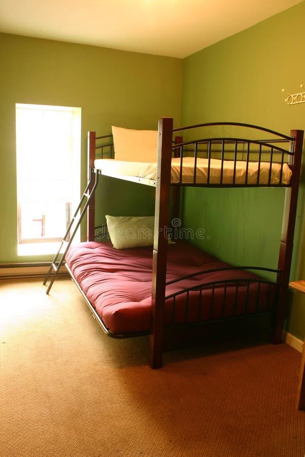 Camas de beliche em um dormitório fotografia de stock
