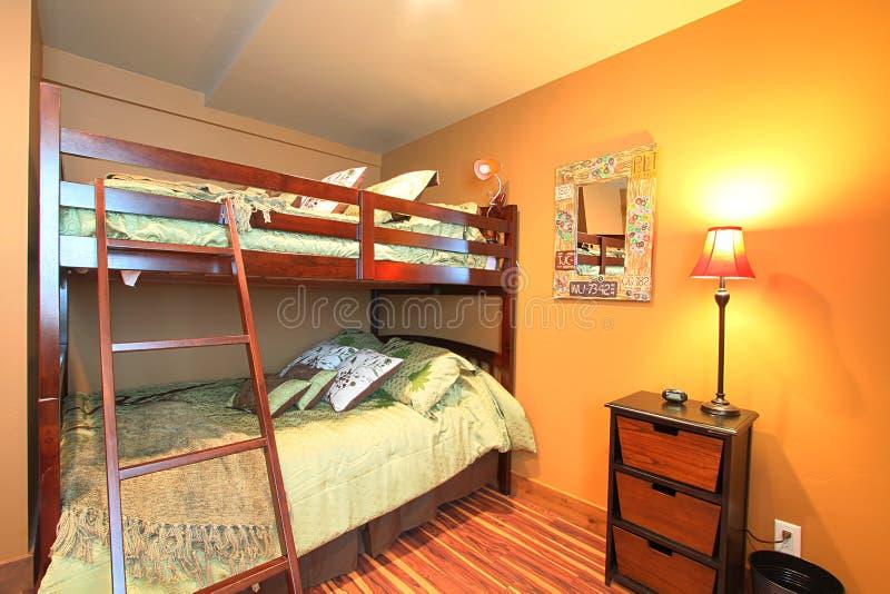 Camas de cucheta en dormitorio imagenes de archivo