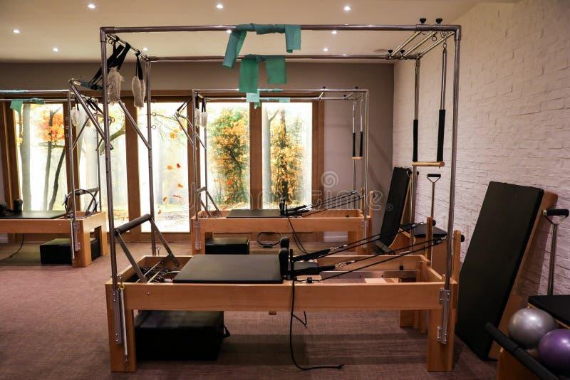 Camas de los reformadores del equipo del gimnasio de la clase de Pilates foto de archivo libre de regalías