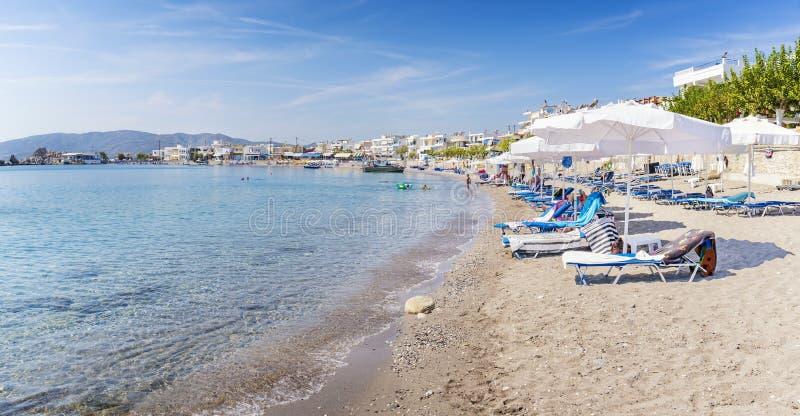 """Camas de Sun e máscaras do sol no †o """"Rodes da praia de Haraki, Grécia fotografia de stock royalty free"""