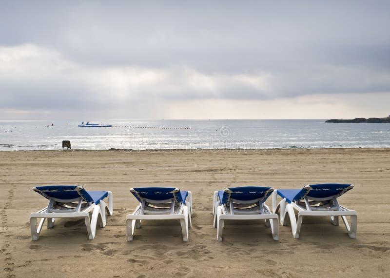 Camas de Sun em uma praia só foto de stock royalty free
