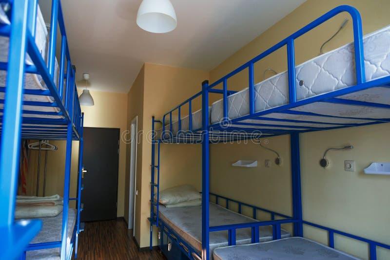 Camas do dormitório da pensão arranjadas na sala do dormitório imagem de stock