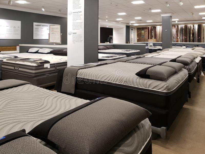 Camas e colchões agradáveis para a venda na loja Macy fotos de stock royalty free