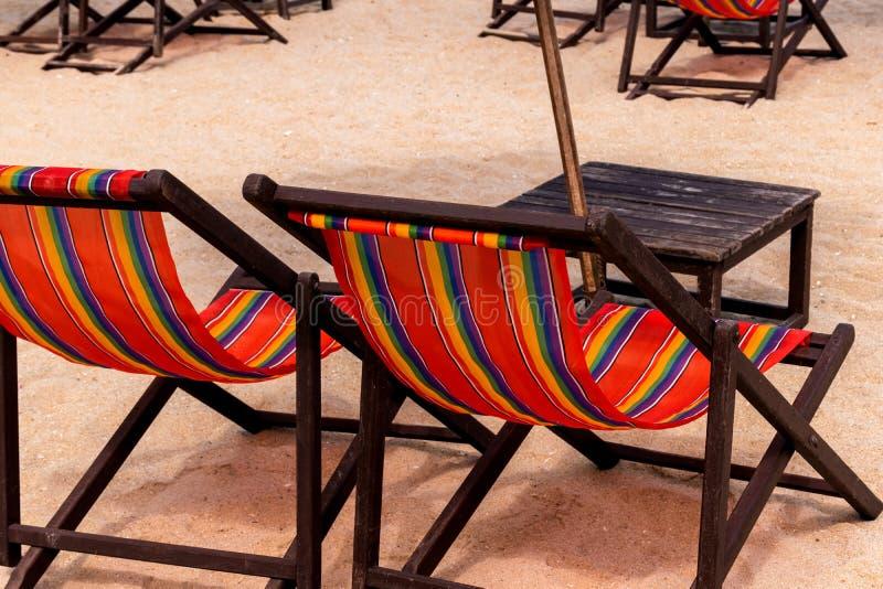Camas e guarda-chuva coloridos em uma praia tropical foto de stock