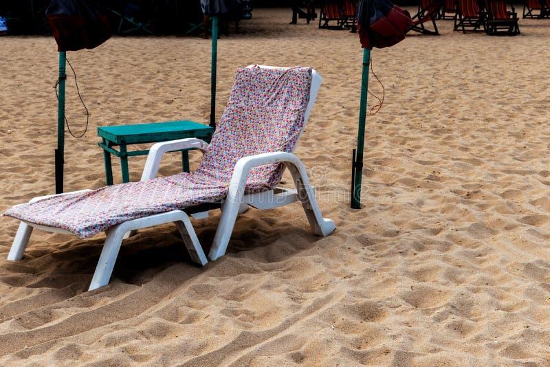 Camas e guarda-chuva coloridos em uma praia tropical fotografia de stock