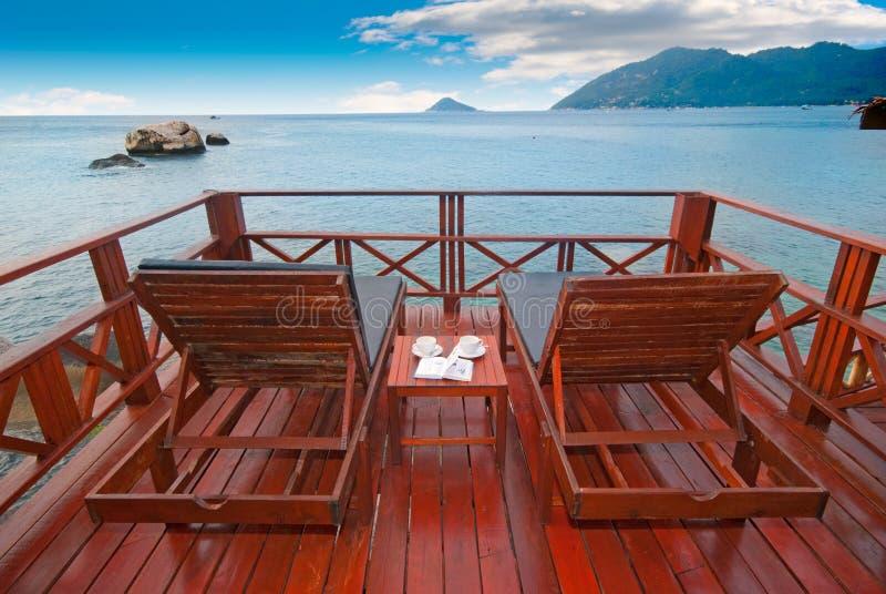 Camas exóticas da praia de encontro à vista romântica imagens de stock royalty free