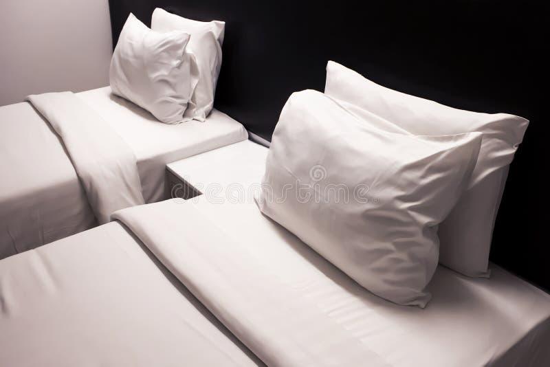 2 camas no hotel com descanso e cobertura no branco imagem de stock
