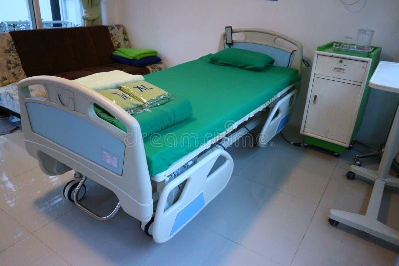 Camas para pacientes na sala de hospital imagens de stock royalty free