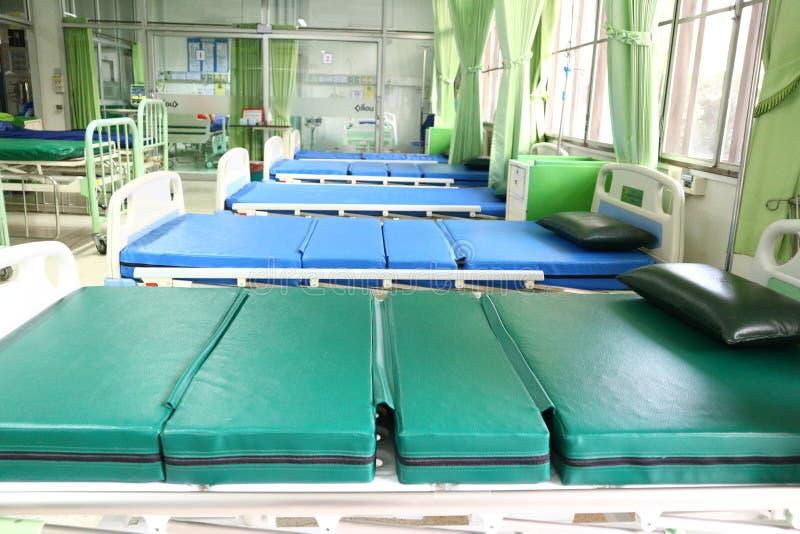 Camas para pacientes na sala de hospital fotos de stock