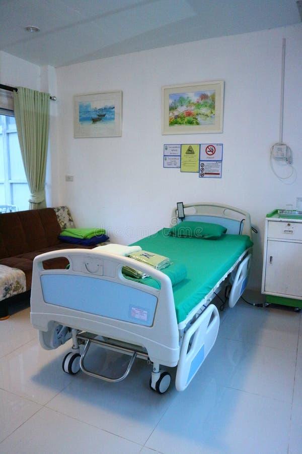 Camas para pacientes na sala de hospital fotografia de stock royalty free