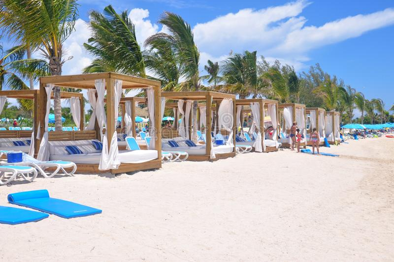 Camas privadas de la playa en la isla de CocoCay del día perfecto fotografía de archivo libre de regalías
