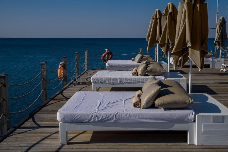 Camas y paraguas cómodos del sol fotografía de archivo libre de regalías