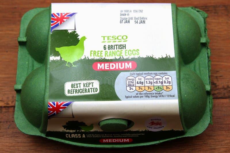 Camberley, Großbritannien - 31. Dezember 2016: Grüner Karton britische mittlere Eier aus Freilandhaltung Tescos stockfotografie