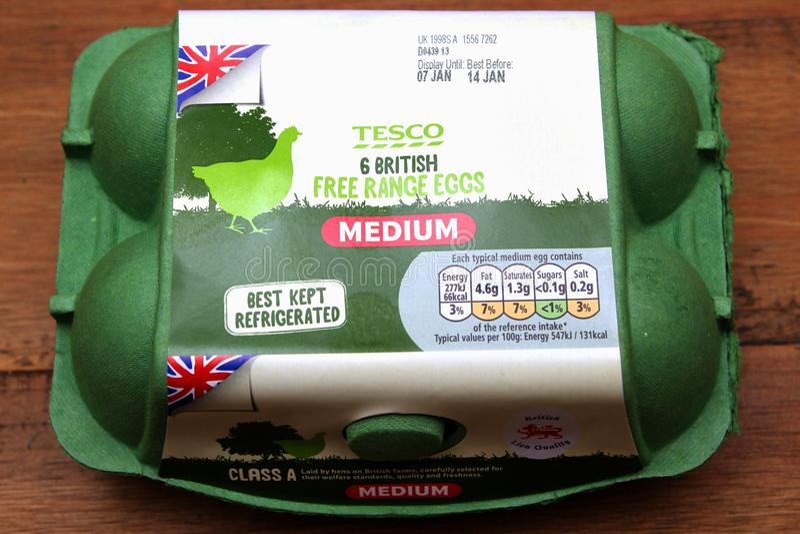 Camberley, Reino Unido - 31 de dezembro de 2016: Caixa verde de ovos ar livre médios britânicos de Tesco fotografia de stock