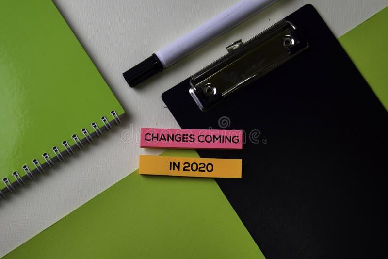 Cambiamenti che vengono nel 2020 testo sulla tavola della scrivania di vista superiore del posto di lavoro e degli oggetti busine fotografie stock libere da diritti