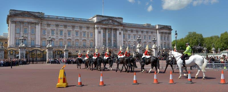 Cambiamento della cerimonia delle guardie al Buckingham Palace Londra Regno Unito fotografie stock libere da diritti