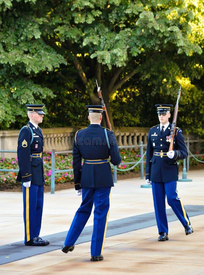 Cambiamento della guardia Ritual Tomb del cimitero nazionale di Arlington dei soldati sconosciuti fotografie stock