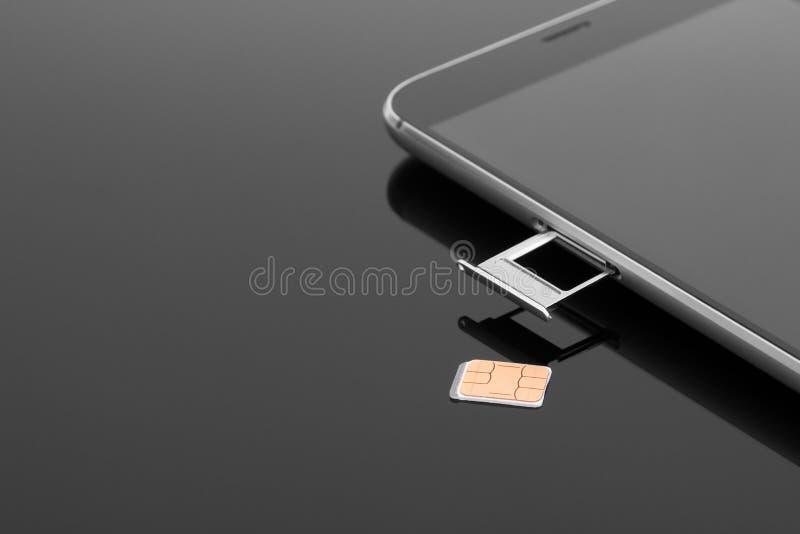 Cambie la tarjeta de SIM en su smartphone Extracción de una tarjeta de SIM foto de archivo