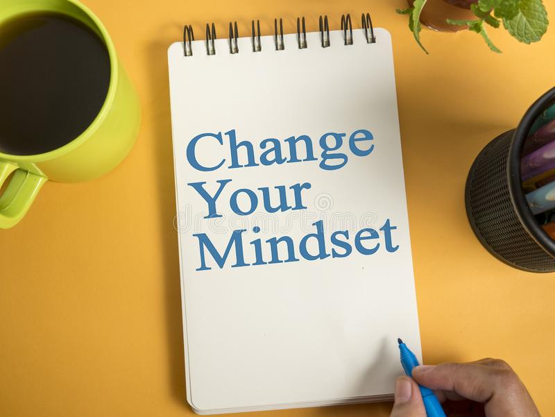 Cambie su modo de pensar, concepto de motivación de las citas de las palabras fotografía de archivo