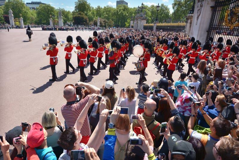 Cambio de la ceremonia de los guardias en el Buckingham Palace Londres Reino Unido foto de archivo