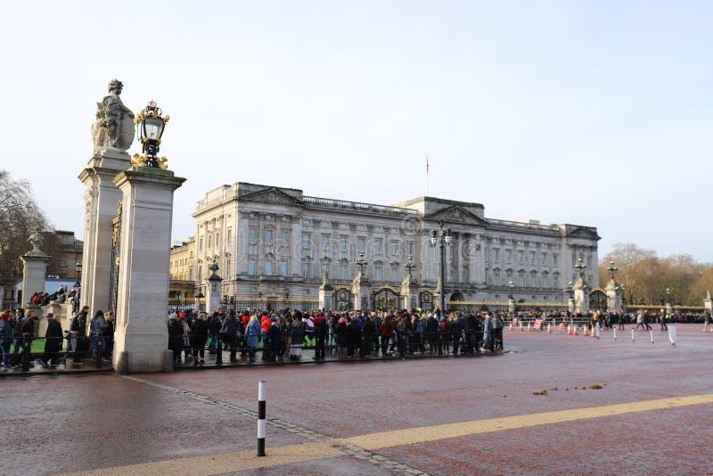 Cambio de la ceremonia del guardia en el Buckingham Palace imagen de archivo libre de regalías