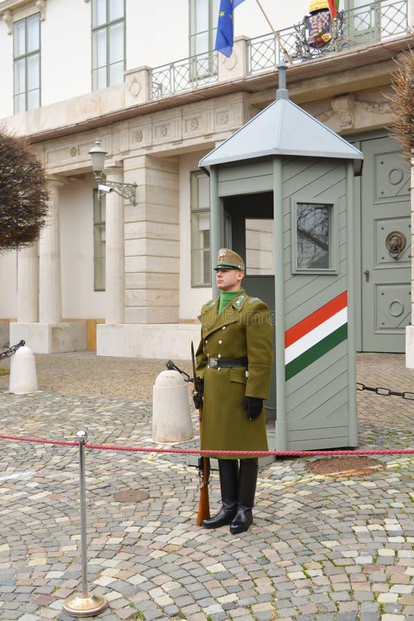 Cambio de la infantería ceremonial de la élite cerca de Buda Castle en Budapest fotos de archivo