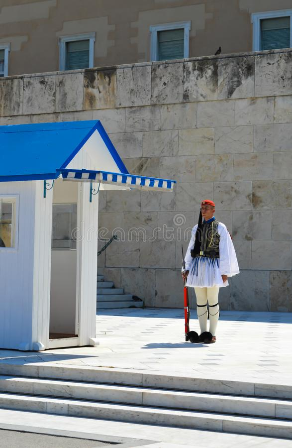 Cambio de la infantería ceremonial Evzones de la élite cerca del parlamento en Atenas, Grecia el 23 de junio de 2017 foto de archivo