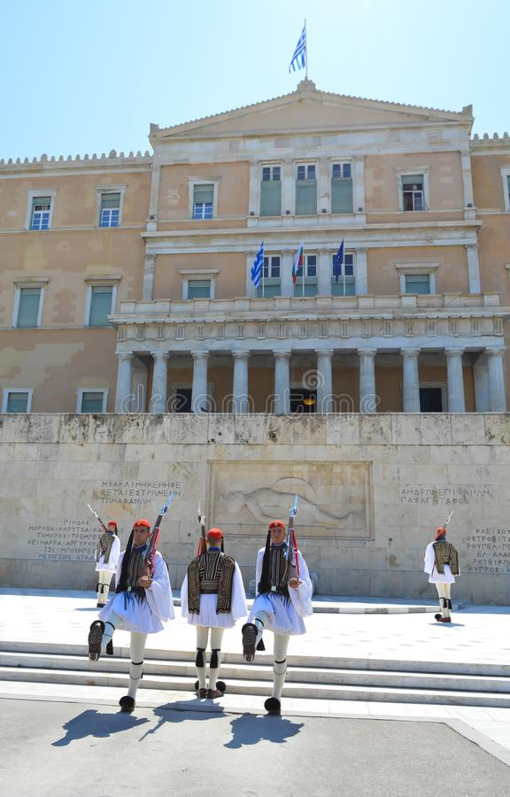 Cambio de la infantería ceremonial Evzones de la élite cerca del parlamento en Atenas, Grecia el 23 de junio de 2017 imagenes de archivo