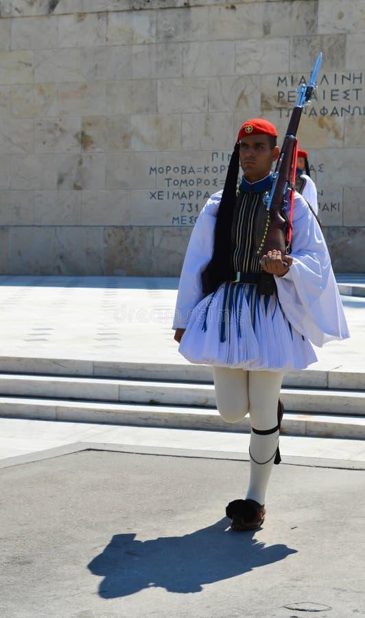 Cambio de la infantería ceremonial Evzones de la élite cerca del parlamento en Atenas, Grecia el 23 de junio de 2017 imagen de archivo libre de regalías