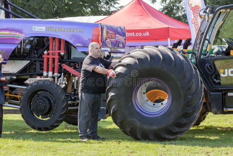 Cambio de rueda del monster truck imágenes de archivo libres de regalías