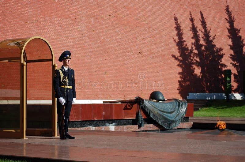 Cambio del guardia en la tumba del soldado desconocido en Aleksandrovsk a un jardín moscú imagenes de archivo