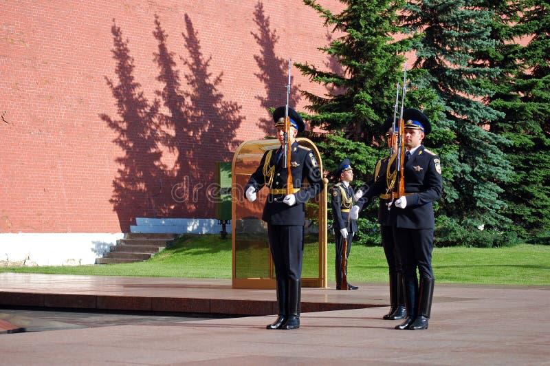 Cambio del guardia en la tumba del soldado desconocido en Aleksandrovsk a un jardín moscú imagen de archivo libre de regalías